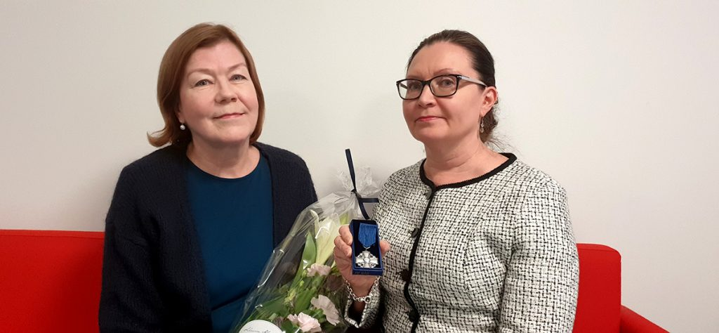 Suomen Valkoisen Ruusun ritarikunnan ansioristin saaneet hankepäällikkö Tarja Bergström ja tutkija Anne Eronen