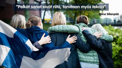"""Ihmisiä kaulakkain selkäpuolelta kuvattuna, suomenlippu ja Miina Sillanpään sitaatti """"Pelkät sanat eivät riitä, tarvitaan myös tekoja""""."""