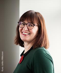 Kuvassa hymyilee Kristiina Kumpulainen, kuva Jarkko Mikkonen.