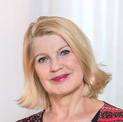 Kasvokuva hymyilevästä Elli Aaltosesta.