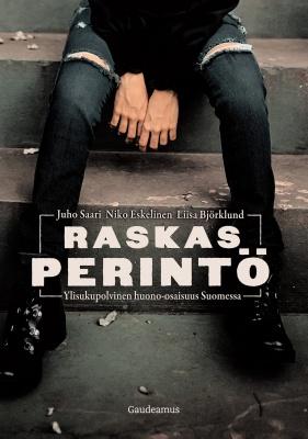 Raskas perintö -kirjan kansi. Juho Saari, Niko Eskelinen, Liisa Björklund. Gaudeamus. Mustiin pukeutunut ihminen istuu likaisilla rappusilla, joilla tupakan tumppeja.