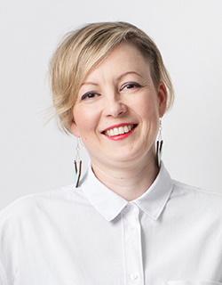 Kuvassa hymyilee Anne Lindfors.