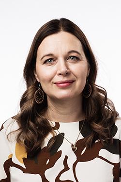 Rintakuvassa Johanna Loukaskorpi