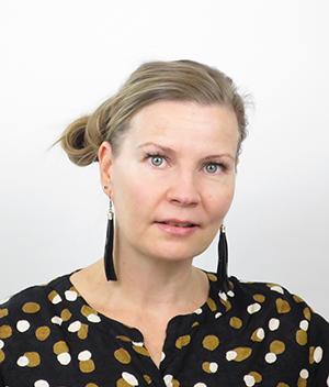 Katja Ilmarinen katsoo kameraan.