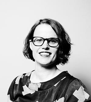 Mustavalkoisessa rintakuvassa hymyilee Vilma Pietilä.